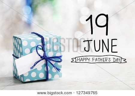 19 June Happy Fathers Day Message With Gift Box