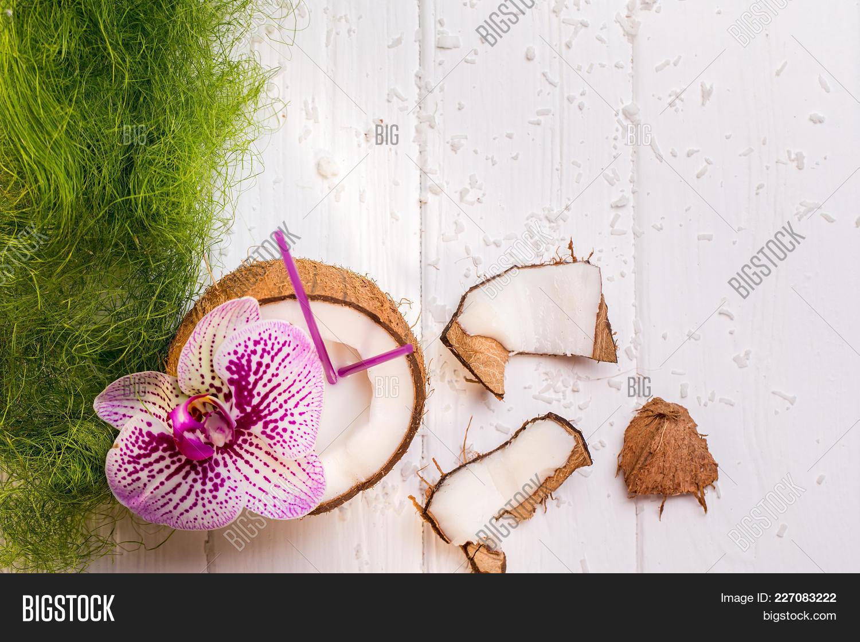Coconut on wooden powerpoint background powerpoint template y toneelgroepblik Images