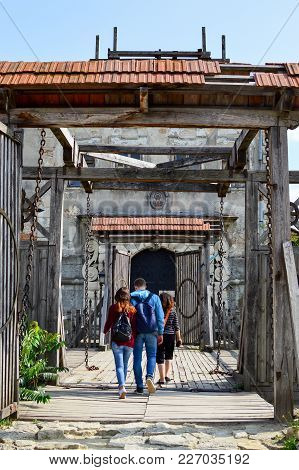 Zolochiv, Ukraine - August 24 , 2017 , Tourists Are Going Into The Gates Of The Zolochiv Castle. Zol
