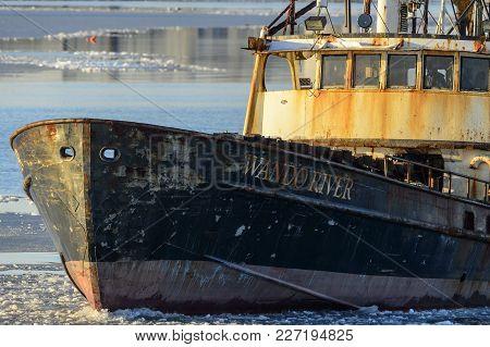 New Bedford, Massachusetts, Usa - January 10, 2018: Fishing Vessel Wando River Plowing Through Thin