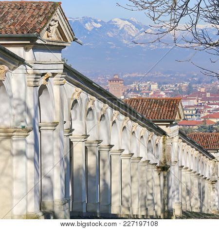 Long Row Af Arched Arcades And City Of Vicenza In Background