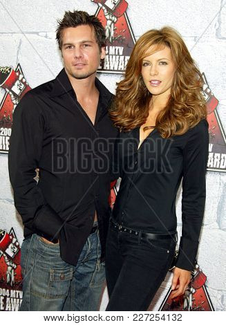 LOS ANGELES - JUN 05:  Kate Beckinsale & Len Wiseman arrives to the Mtv Movie Awards  on June 5, 2004 in Culver City, CA.