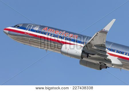 Los Angeles, California, Usa - March 10, 2010: American Airlines Boeing 737 Takes Off From Los Angel