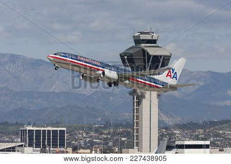 Los Angeles, California, Usa - March 10, 2010: American Airlines Boeing 737 Taking Off In From Of Th