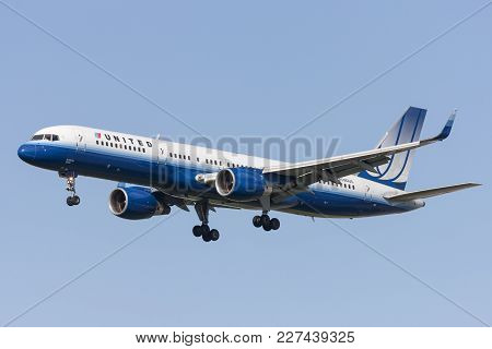 Los Angeles, California, Usa - March 10, 2010: United Airlines Boeing 757 On Approach To Land At Los