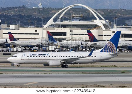 Los Angeles, California, Usa - March 10, 2010: Continental Airlines Boeing 737 Airplane At Los Angel