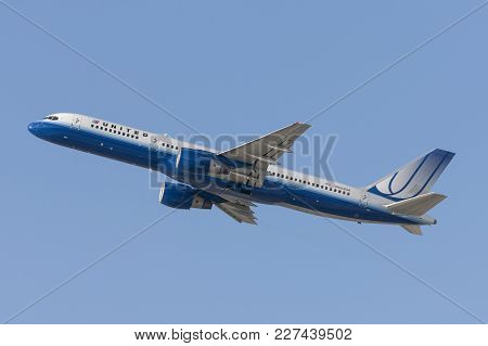 Los Angeles, California, Usa - March 10, 2010: United Airlines Boeing 757 Flying Out Of Los Angeles