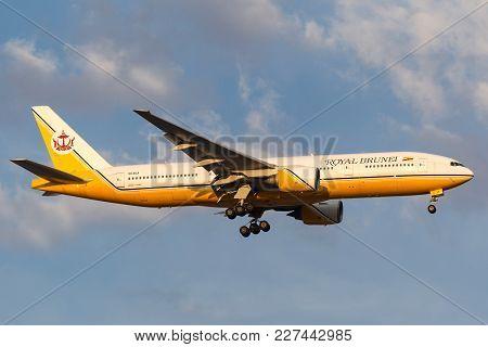 Melbourne, Australia - September 28, 2011: Royal Brunei Airlines Boeing 777-212/er V8-bla On Approac