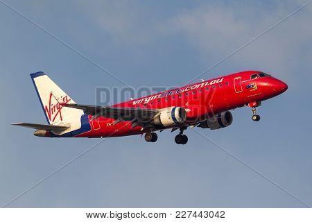 Melbourne, Australia - September 28, 2011: Virgin Blue Airlines Embraer Erj-170-100lr (erj-170) Vh-z