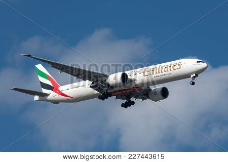 Melbourne, Australia - September 28, 2011: Emirates Boeing 777-31h/er A6-ece On Approach To Land At