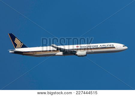 Melbourne, Australia - November 10, 2011: Singapore Airlines Boeing 777-312 9v-syf Departing Melbour