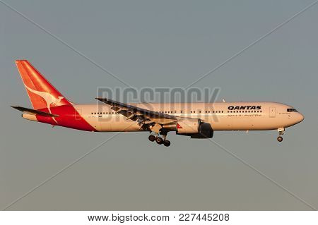 Melbourne, Australia - September 28, 2011: Qantas Boeing 767-338/er Vh-ogi On Approach To Land At Me