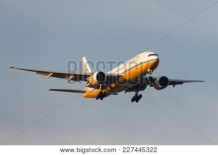 Melbourne, Australia - September 28, 2011: Royal Brunei Airlines Boeing 777-212/er V8-bla On Approac