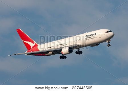 Melbourne, Australia - September 28, 2011: Qantas Boeing 767-338/er Vh-ogn Turning On Approach To La