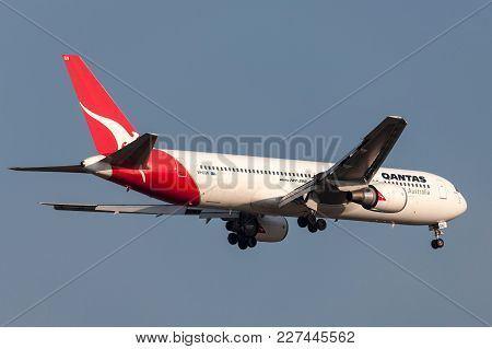Melbourne, Australia - September 28, 2011: Qantas Boeing 767-338/er Vh-ogn On Approach To Land At Me