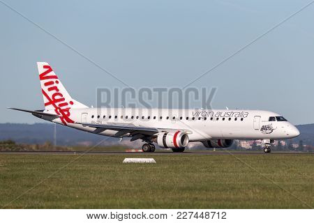 Sydney, Australia - May 5, 2014: Virgin Australia Embraer Regional Jet (erj-190) Landing At Sydney A
