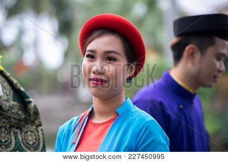 Hanoi, Vietnam - Feb 9, 2017: Folk Singers Singing Bac Ninh Duets, Folk Singing On The Boat In La Ph