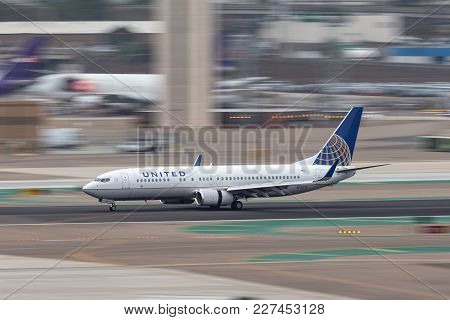 San Diego, California, Usa - April 30, 2013. United Airlines Boeing 737-824 N73275 Arriving At San D