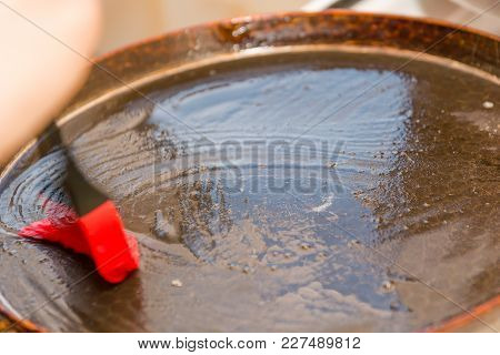 Rinse The Oil In A Frying Pan. Smear The Oil. Crown For Oil. Brush For Grinding Oil.