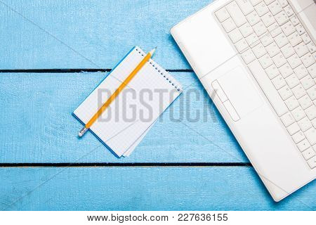 Note And White Laptop Computer