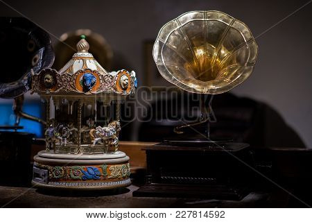 Very Beautiful Detail Music Box And Turntable Speaker Player, Look Classic And Romantic