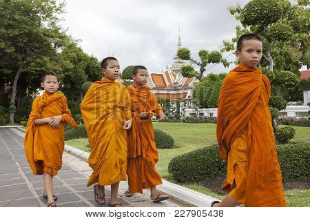 Bangkok Thailand - June 7,2017 : Group Of Thai Novice Monk Walking In Wat Arun Once Of Important Rel