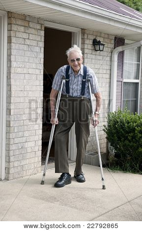 Älterer Mann auf Krücken