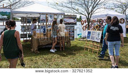 Babylon, New York, Usa - 8 September 2019: People Enjoying A Sunny Day Walking And Shopping For Art