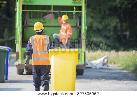 Professional Staff Do Environmental Transportation, Preliminary Management, Recycling Waste.