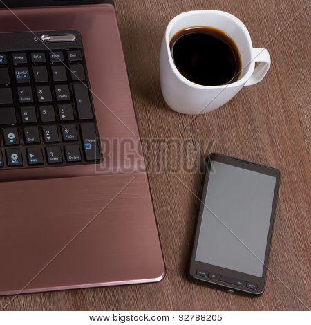 Kaffee mit Laptop und smartphone