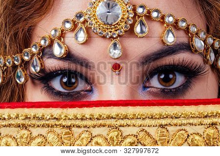 Indian Beautiful Fashion Brunette Woman In Green Traditional Wedding Rich Sari With Gold Jewelry Set