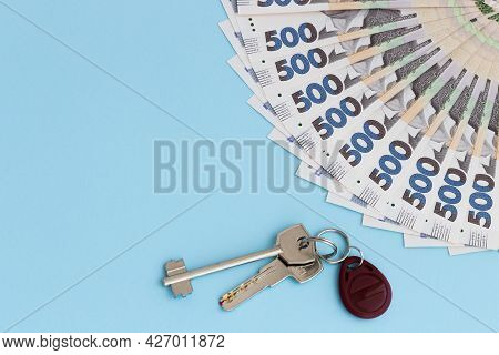 A Fan From Ukrainian Money With Keys From Apartment. 500 Hryvnia Banknotes.