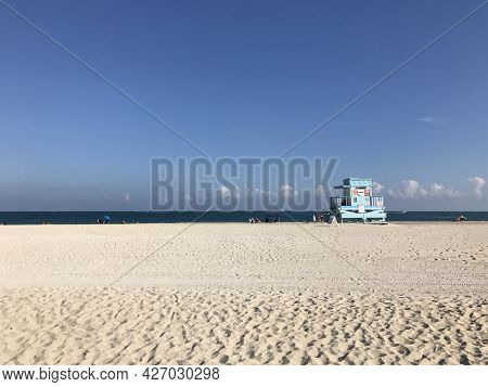Miami Beach, Fl - December 22, 2017: Beach And Lifeguard Hut In Haulover Park