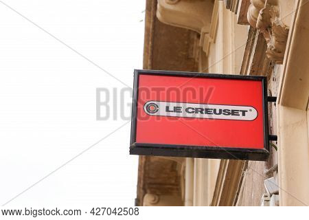 Bordeaux , Aquitaine France - 04 07 2021 : Le Creuset Store Logo Sign And Brand Text Front Of Shop O