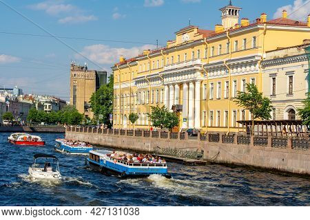 Saint Petersburg, Russia - July 2021: Yusupov Palace And Cruise Boats On Moika River