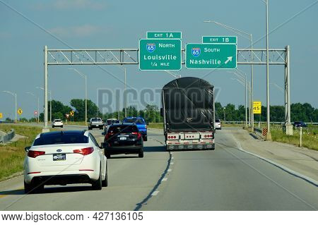 Bowling Green, Kentucky, U.s.a - June 16, 2021 - The Highway With The Split Into Interstate 65 North