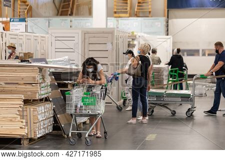 07.05.2021, Russia, Moscow. Buyers In The Process Of Choosing Goods In A Large Store For The Constru