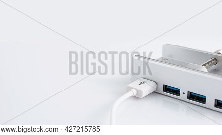 Usb Cable Connected To Usb Hub 3.0, 4 Port Aluminum For Desktop, Computer, Pc, Table Edge With Adjus