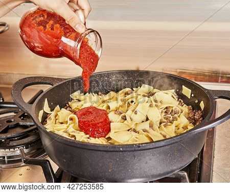 Adds Tomato Sauce To Spaghetti With Ground Beef, Fried In Spaghetti Bolognese Pan According To Recip
