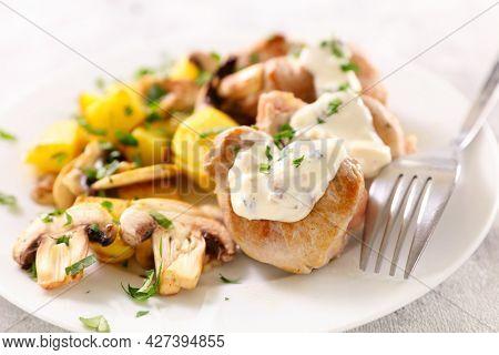 filet mignon with cream sauce and mushroom