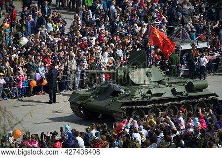 Verkhnyaya Pyshma, Sverdlovskaya Oblast / Russia - May 09: Legendary Soviet Tank T-34 With Red Flag