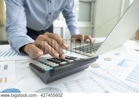 Accountant Or Banker Calculate The Cash Bill.