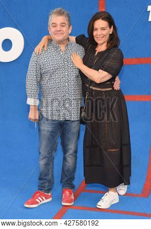 LOS ANGELES - JUL 15: Patton Oswalt and Meredith Salenger arrives for the Ted Lasso Season 2 Premiere on July 15, 2021 in West Hollywood, CA