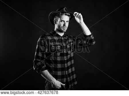 Usa Custom. Vintage Style Man. Wild West Retro Cowboy. Cowboy In Country Side. Western. Western Cowb