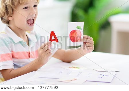 Kid Learning To Read. Phonics Flash Cards.