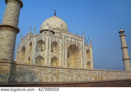 View Of Taj Mahal In The Morning, Agra, Uttar Pradesh, India. It Was Commissioned In 1632 By The Mug