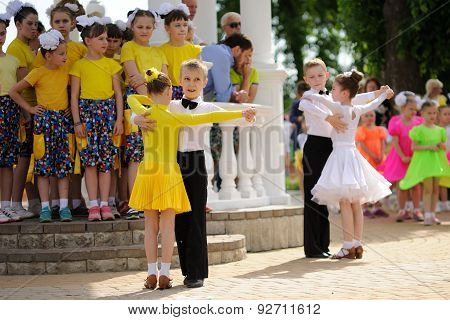 Orel, Russia - May 01, 205: Children's Day, Two Pairs Of Children Dancing Waltz In The Street