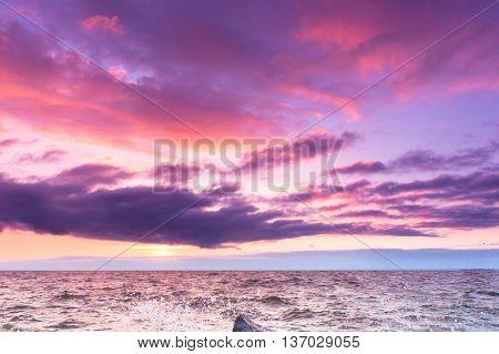 Idyllic Wallpaper Bright Horizon