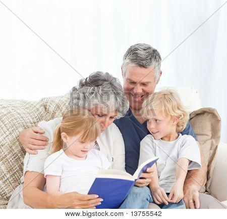 Familia mirando un álbum de fotos en la sala de estar