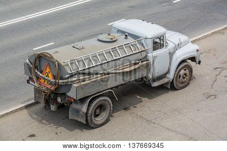 Motor vehicle designed to carry water or liquefied loads
